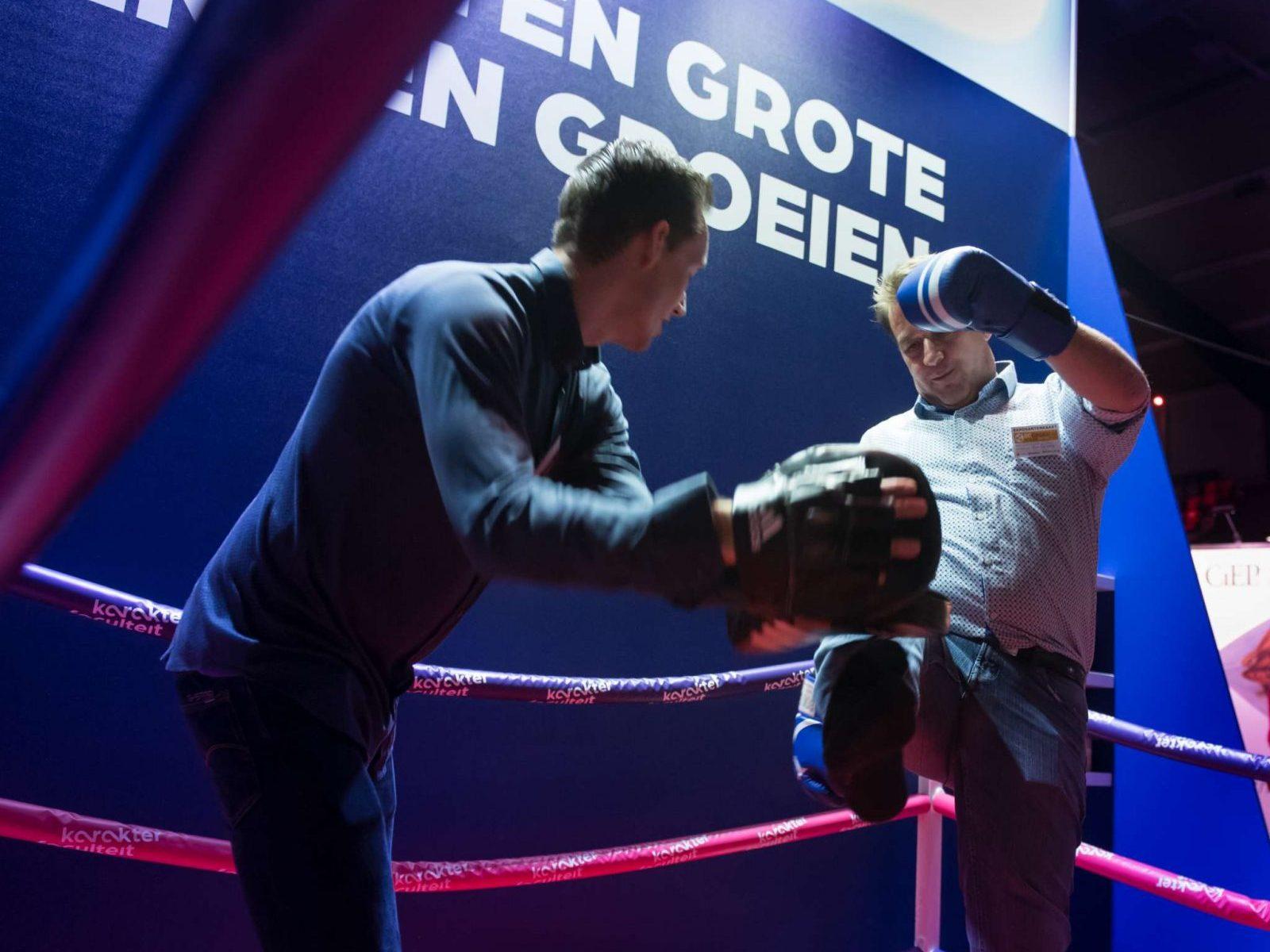 Teun traint een deelnemer met boksen